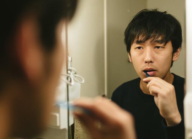 歯を磨く男性